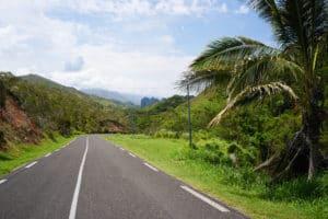 Sur la route, falaise lindéralique, Nouvelle-Calédonie