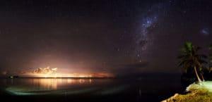 Panorama nocturne sur Tahiti et la Voie Lactée depuis Moorea